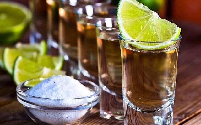 Поможет ли водка с солью при отравлении и поносе?